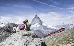Zweisamkeit am Gornergrat (3'756 x 2'496 px / 2,78 MB) <a href='fileadmin/user_upload/Wandern-Bergwelt-Matterhorn-Sommer-GGBahn.jpg' download class='dlink'>Download Link</a>